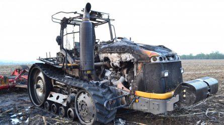 Teljesen kiégett egy gumihevederes Challenger traktor Berhidán (+KÉPEK)