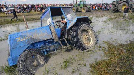 Így dagasztották a sarat a traktorok Oromhegyesen (KÉPEK)