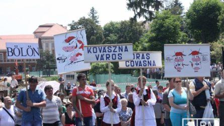 Tejet locsoltak a tüntető gazdák Sepsiszentgyörgyön (+KÉPEK)