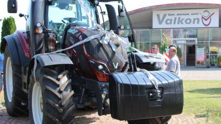 """""""Ha egyszer már valtrások vagyunk, akkor maradjunk is meg annak"""" - Átadták az első T4-es Valtra traktort"""