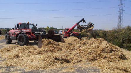 Manitou teleszkópos rakodók tisztítják az utat a traktorbaleset után (KÉPEK)
