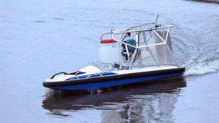 Távirányítású csónak a rizsföldek gondozására