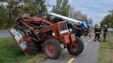 Durva baleset: Kamion rohant a traktorba