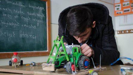 Hulladékból készít mezőgazdasági gépmaketteket a székelyföldi fiatal