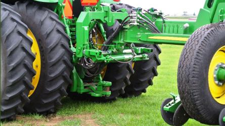 Speciális traktor-munkagép kapcsolócsalád a precíz munkavégzéshez