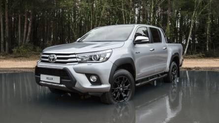 Egyedi Toyota Hilux érkezik: jön az Invincible 50 Black Edition