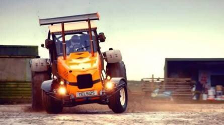 Így száguld 140-nel a világ leggyorsabb traktora