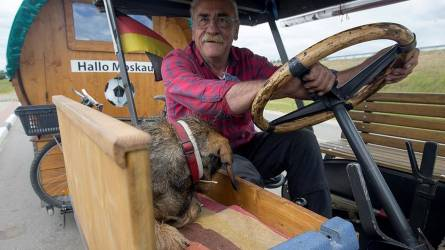 Veterán traktorral utazott Németországból Moszkvába a német focidrukker