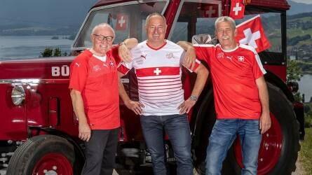 Három svájci szurkoló is traktorral ment az oroszországi foci VB-re