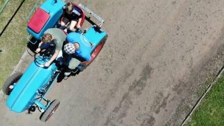 Ritka és öreg traktorok lepték el Solymárt - élőben a helyszínről