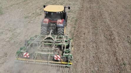 Talajművelés Versatile traktorral és Kerner hibridkultivátorral Kertán