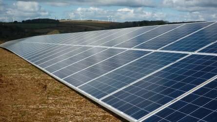 Újabb mezőgazdasági területeken épülhet napelemes erőmű – itt a lista!