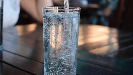Tiszta vizet öntünk a pohárba! - Nő a szénsavmentes ásványvizek piaci aránya