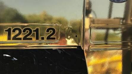 Ilyen MTZ traktort még nem láttunk! - Aranyozott erőgép egy parkolóban