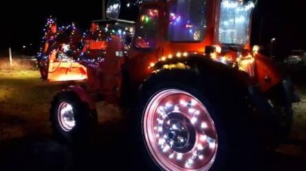 Karácsonyi díszbe öltözött traktorok vonultak végig az utcákon