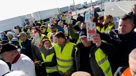 Így tüntettek a magyar tejtermelők a Penny Market központjánál