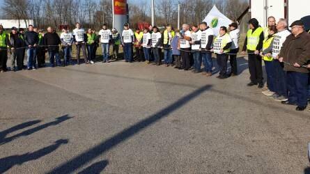 Bojkottra hívtak a tejtermelők - Ez történt a Penny Market elleni tüntetésen