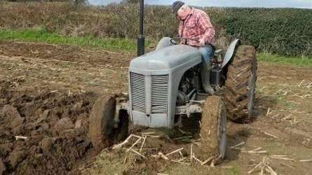 Nem a győzelem a fontos - veterán traktorok szántóversenye
