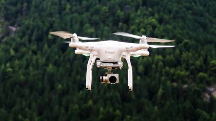 Drónok: kötelező lesz a regisztráció és az egyedi azonosító, engedély kell a repüléshez