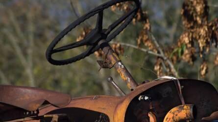 Felborult egy traktor Magyarhertelenden, a vezetője meghalt