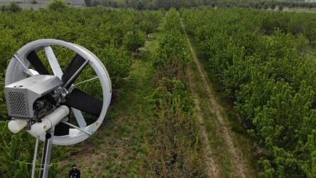 Légkeverő ventilátor a fagyok, öntözés és párásítás az aszály ellen a Simon Gyümölcsültetvényben
