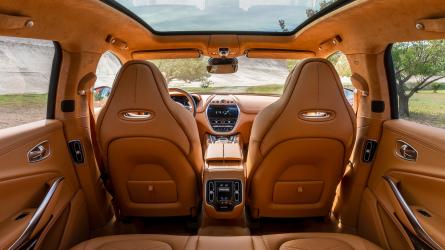 Bemutatkozik az Aston Martin DBX - belső tere először látható