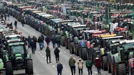 8600 traktorral vették blokád alá Berlint – tüntettek a gazdálkodók